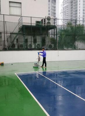 ve_sinh_bao_tri_be-mat-san_tennis